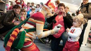Pikku Kakkosen Musarullaa!-konserttikiertue sisälsi myös avointen ovien päivän Yle Kuopion (Yle Savon) toimituksessa syksyllä 2013, kuvassa Katti Matikainen ja vieraita