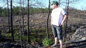 Anders Abrahamsson på platsen där det brann.
