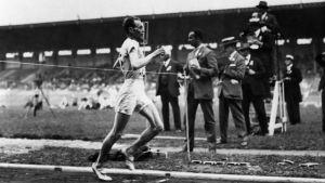 Paavo Nurmi vinner 1500 meter vid sommar-OS i Paris 1924.