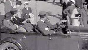 Ihmisiä kadulla ja avoautossa Hangossa 1935