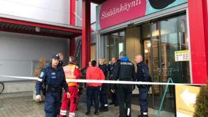 Ett köpcenter i Kuopio har blivit avspärrat av polisen