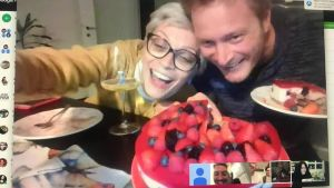 Ulf Nygren och hans flickvän och vänner firar Ulfs födelsedag med distansparty via videochat.
