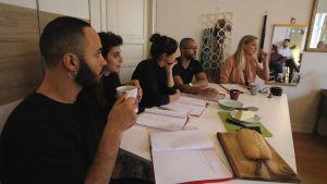 Boodi Kabbande, Hanan Sneih, Cecilia Paul, Alexandr Foy och Ann-Louise Gauffin framför en läsning av pjäsen Tillståndet.