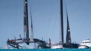Två stora båtar i America's Cup.