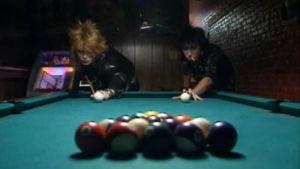 Michael Monroe ja Sam Yaffa pelaavat biljardia.