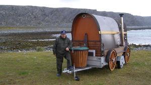 Tämä on sauna jossa olemme saunoneet 2 vuotta sitten Baretsinmerenrannalla. Muitakin saunoja olemme raahanneet jäämerelle asti.