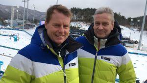 Yle Sportens skidreferenter Glenn Lindholm och Leif Lampenius