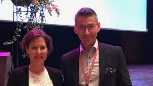 Lektor Daniela Sundell premieras som årets lärare och står tillsammans med Novias rektor Örjan Andersson.