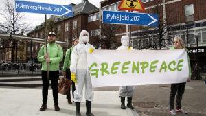 Demonstration mot kärnkraften i Umeå centrum med bland annat Greenpeace