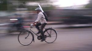 Man cyklar snabbt på cykel