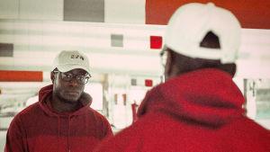 Turkulaisartisti Cedric katsoo itseään peilistä promokuvassa.