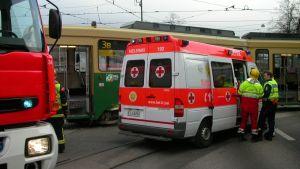bild på ambulans vid en trafikolycka i Helsingfors