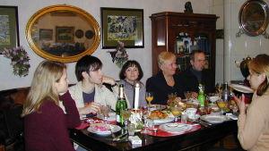 Venäläisperhe juhlaillallisella.