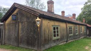 En postskylt på ett gammalt hus på Klosterbacken i Åbo