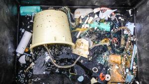 Plastskräp som har samlats ur havet.