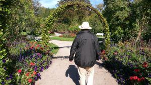 Författaren Lars Sund i stadsparken i Uppsala. September 2018.