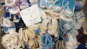 En hög babysockor donerat av presidentparet.