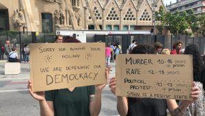 Demonstration i Barcelona. På plakaten beskrivs längden på straff:  Längden är ungefär den samma för mord och våldtäkt som för en politisk protest.
