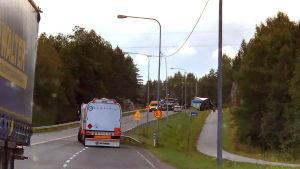 Trafikolycka på stamväg 51. Ambulas och tunga fordon syns på vägen.