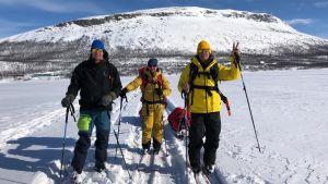 Mikko Peltola, Sami Sarsama ja Ape Majava matkaavat suksilla kohti Pikku-Mallaa.