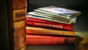Kirjoja pöydällä.