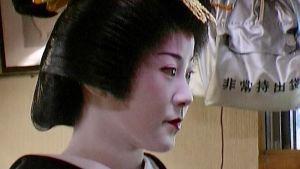 Ungdomlig skönhet är inte lika viktig som att behärska teceremonin, dansen och de andra färdigheterna som förväntas av en geisha i toppklass