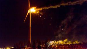 Turbinen uppe i en vindmölla står i ljusan låga.