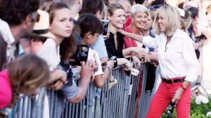 Brigitte Macron hälsar på anhängare i Le Touque.