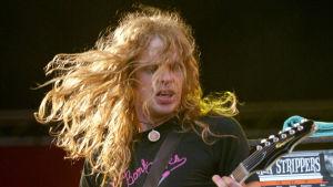 The Hellacopters gitarrist Robert Dahlqvist på en spelning på Roskilde-festivalen.