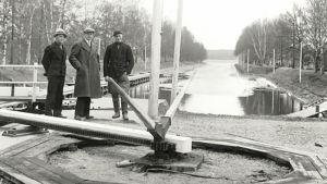 Kuvassa Vääksyn kanavan sulun aukaisumekanismi. Asikkalan Suojeluskuntaa koskevan kuvakeräyksen satoa, henkilöitä ei tunnistettu.