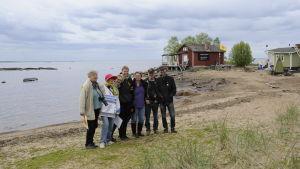 Sju personer från nätverket Kärnkraftsfritt Bottenviken poserar på Hanhikivi