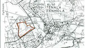 En äldre svartvit karta som visar var Kyrkparkens naturskyddsområde ligger i Tenala. Områdets gränser utmärkta med orange färg.