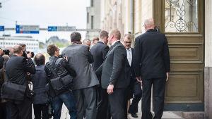 Säkerhetsvakter övervakar statsminister Sipilä