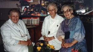 Systrarna Oksanen varav en var urmakare och en gravör.