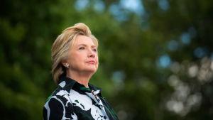 Hillary Clinton katsoo taivaalle.