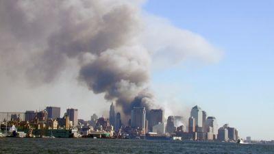 Vy över New York och WTC som brinner år 2001 i samband med 11 september-attackerna.