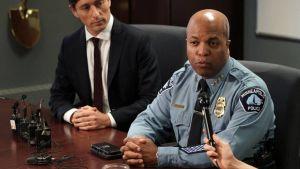 Polischef Medaria Arradondo i Minneapolis sitter vid ett bord och talar in i en mikrofon. Bredvid sitter Minneapolis borgmästare Jacob Frey. Bilden tagen 14.7.2020.