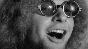Remu Aaltonen The Creatures -yhtyeen rumpalina elokuvassa Käpy selän alla