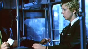 En kvinna säljer biljetter på en spårvagn.