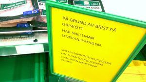 Skylten på Prisma informerar kunderna om bristen på griskött.