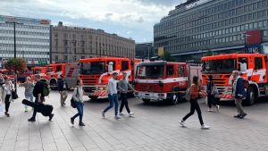 Brandbilar på Elielplatsen som pumpar vatten från metrostationen
