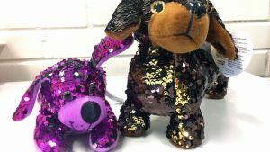 Två små kramdjur föreställande hundar med paljetter.