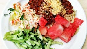 lautasella spagettiannos ja vihanneksia