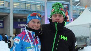 Skidåkaren Andrea Julin med sin tränare Roland Villför i Lahtis 2017.