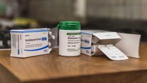 Narkolepsian hoidossa käytettäviä lääketabletteja pöydällä.