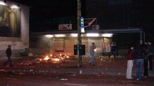 Brinnande kiosk under upploppen i Tallinn 2007.