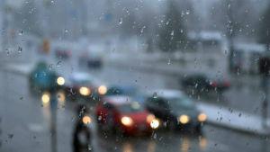 Bilar i regnväder.