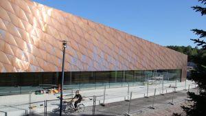 Fasad av nya biblioteket i Kyrkslätt.