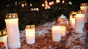 Tända ljus på olycksplats i Kimito.