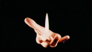 Avoin kämmen jossa kohoaa liekki (trikkikuva, kuvakaappaus Ylen tietoiskusta)